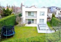 Moderní, samostatně stojící dům o dispozici 5+1 s garáží, zahradou a bazénem v Praze 4 - Lhotka.